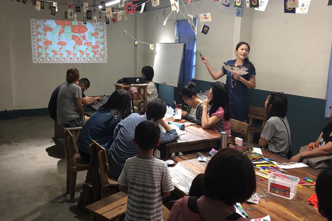 憲光二村駐村藝術家工作坊老師講解中照片