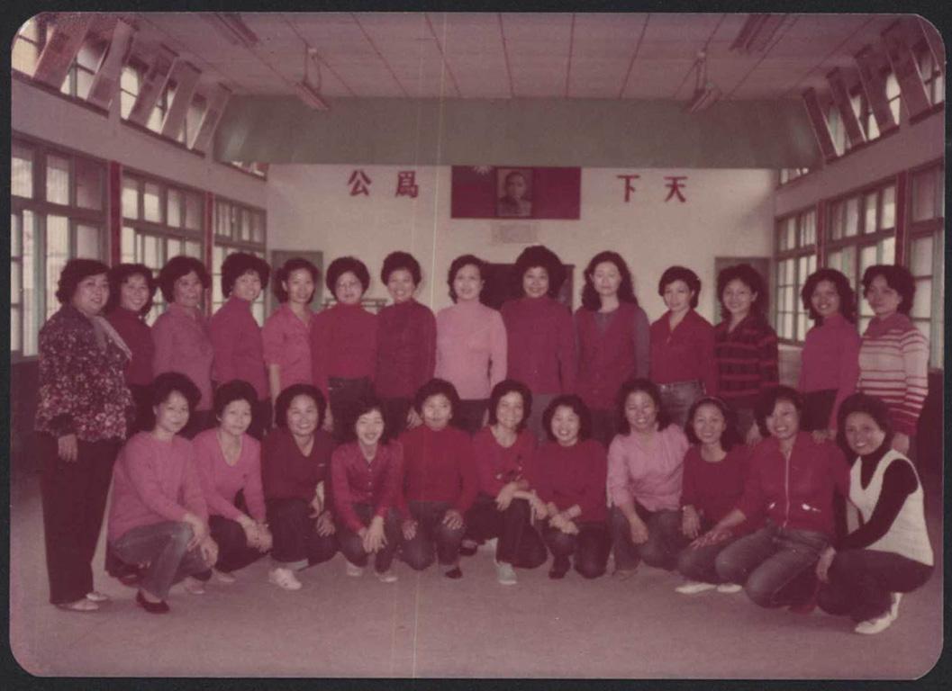 土風舞活動成員於舊活動中心內合影