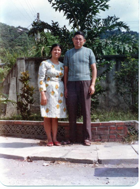 王高花子阿姨與先生王振剛攝於憲光二村的中央廣場榕樹旁。